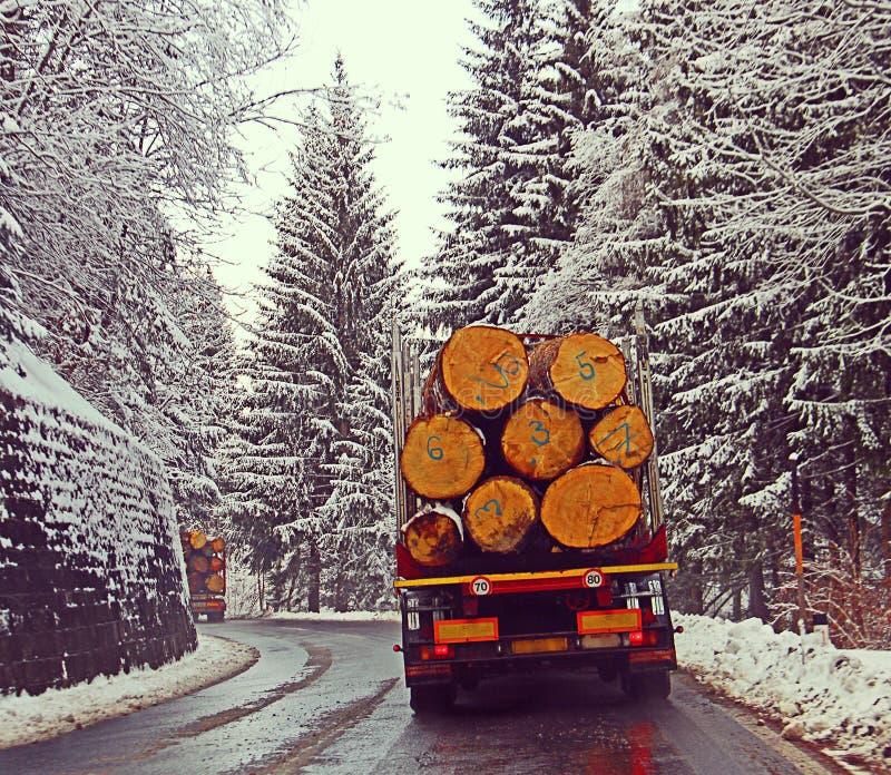 Ruta alpina de Austria con nieve y camiones cargados pesados imágenes de archivo libres de regalías