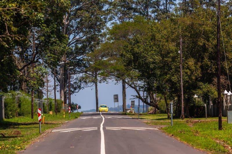 Ruta amarilla de las chepas de la velocidad del coche del camino foto de archivo