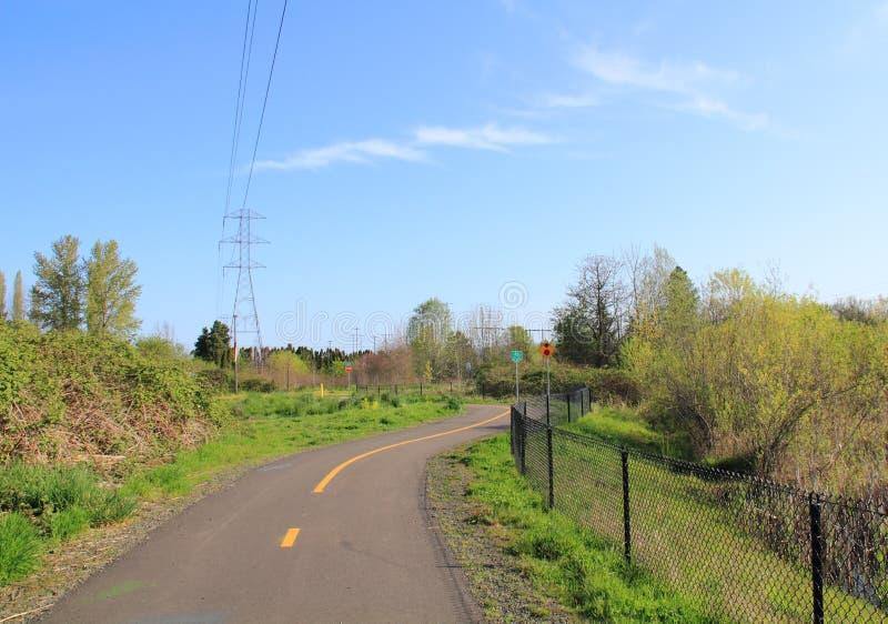 Ruta de la bici del parque de la línea eléctrica, camino que recorre imágenes de archivo libres de regalías