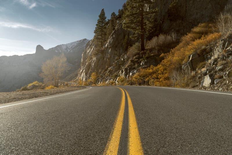 Ruta de la montaña en otoño fotografía de archivo