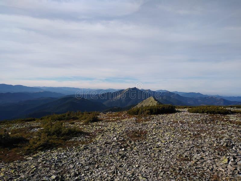 Ruta de la montaña para montar Sinyak de Bukovel Gorgany, Cárpatos ucranianos foto de archivo