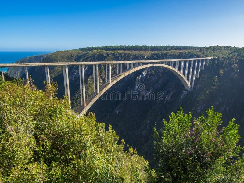 Ruta del jardín - puente famoso de Bloukrans con el océano en los puentes del fondo y del amortiguador auxiliar, Suráfrica imagenes de archivo