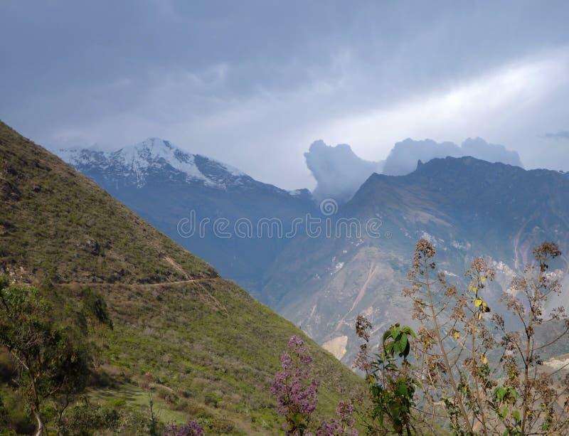 Ruta del senderismo del choquequirao en Perú fotografía de archivo libre de regalías
