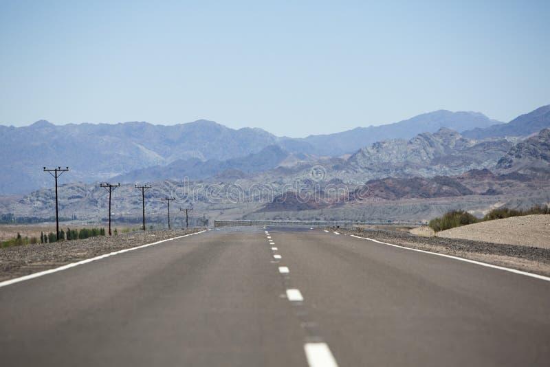 Ruta recta 40 y montañas, al norte de la Argentina imagen de archivo libre de regalías