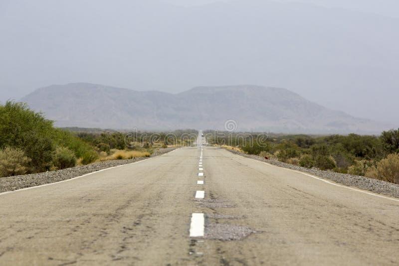 Ruta recta 40 y montañas, al norte de la Argentina fotos de archivo