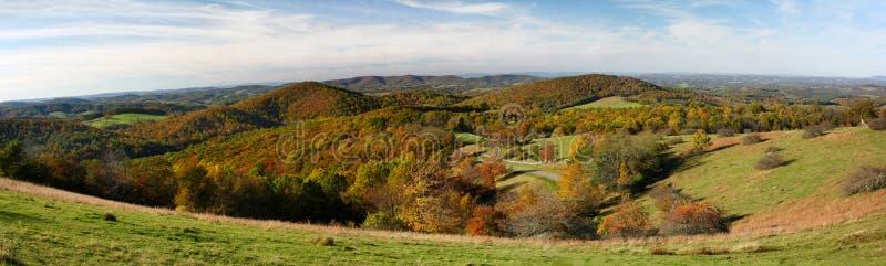 Ruta verde azul de Ridge del panorama en la caída foto de archivo libre de regalías