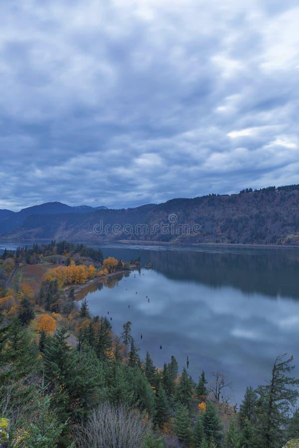 Ruthton-Punkt während der Glättung der blauen Stunde in Hood River- ODER USA-Herbstsaison lizenzfreies stockfoto