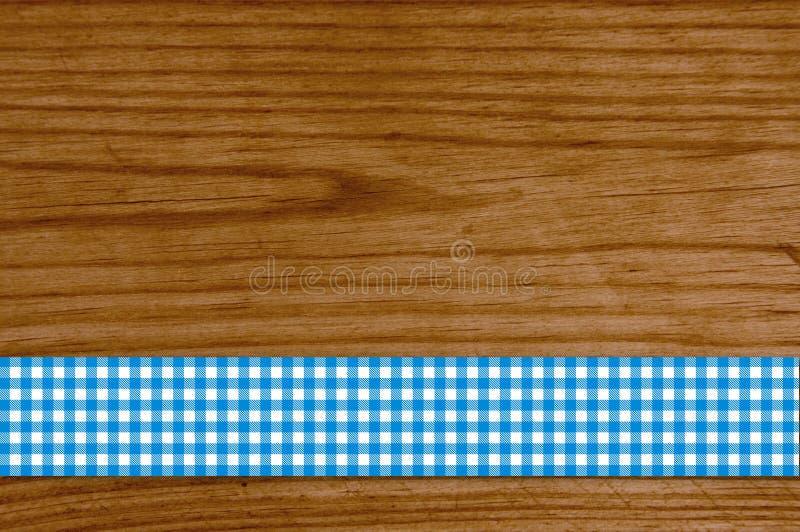 Rutig borddukblåttvit på träplanka royaltyfri bild