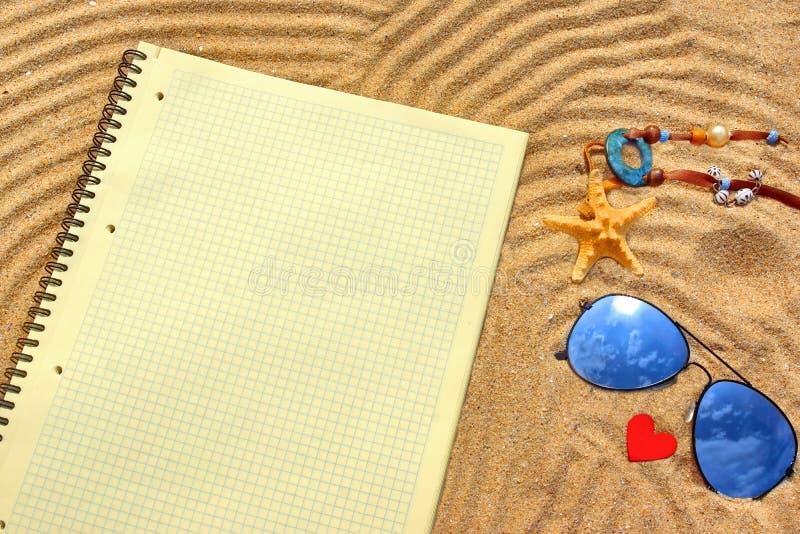 Rutig notepad för solglasögon, för guling och olika objekt på t arkivbilder