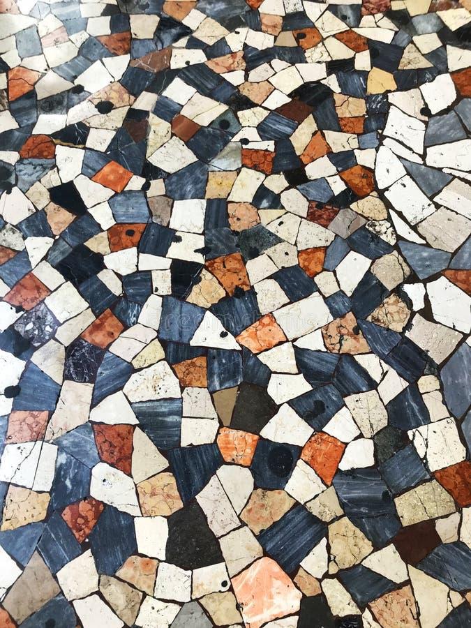 Rutigt patchworkgolv som trottoar i Rome, Italien arkivfoto