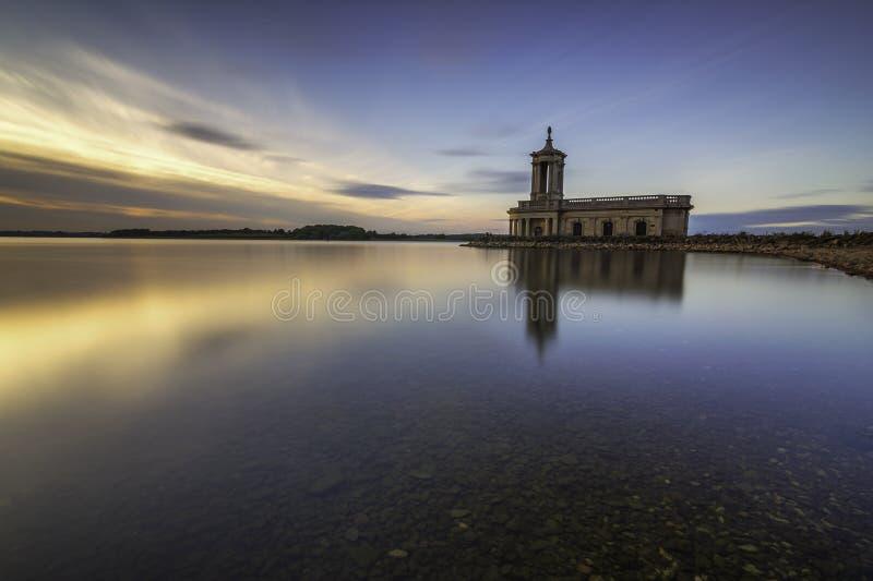 Rutland da água do rutland da igreja de Normanton fotografia de stock