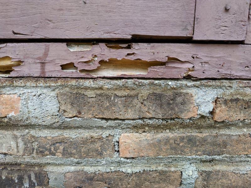 Ruttet trä på tegelstenväggen royaltyfri fotografi