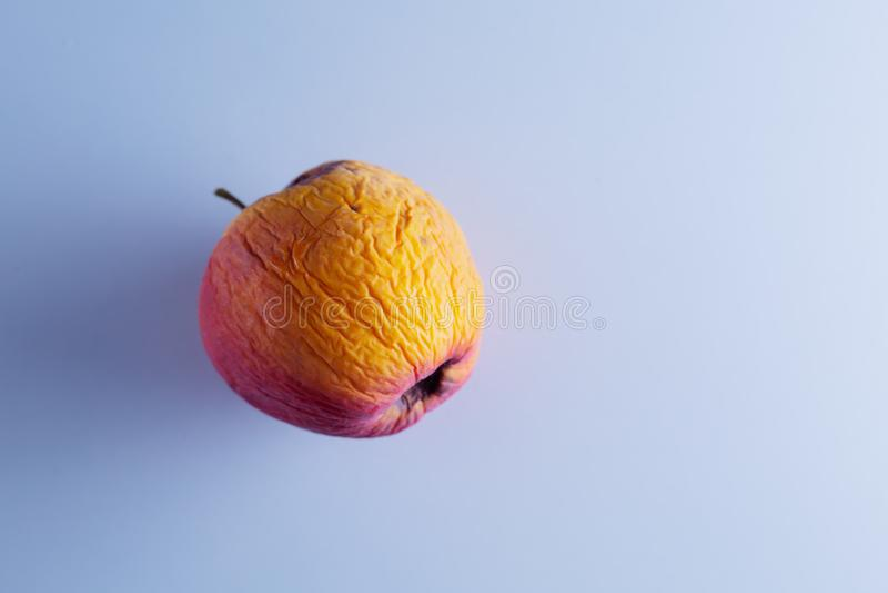 Ruttna Apple på vit bakgrund royaltyfri fotografi