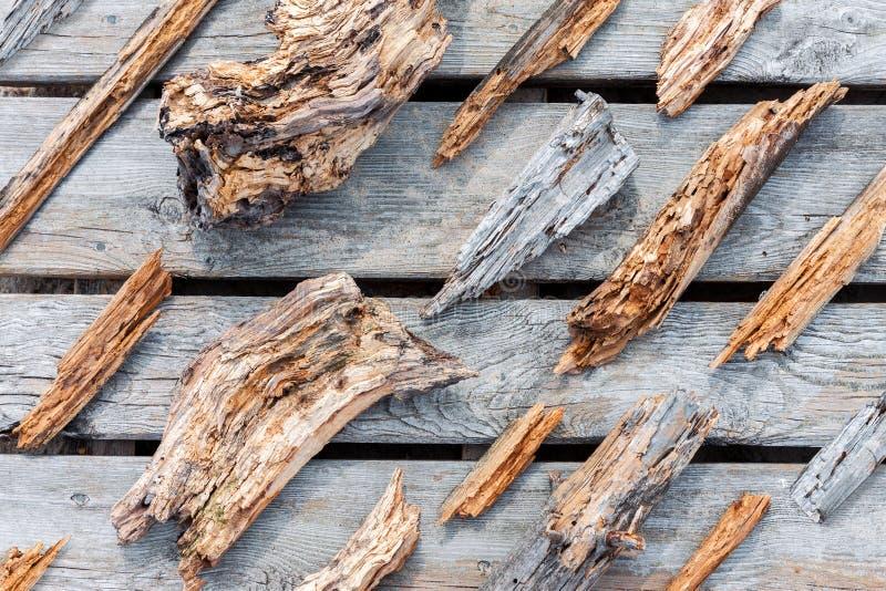 Ruttna slitna trästycken och fragment fotografering för bildbyråer