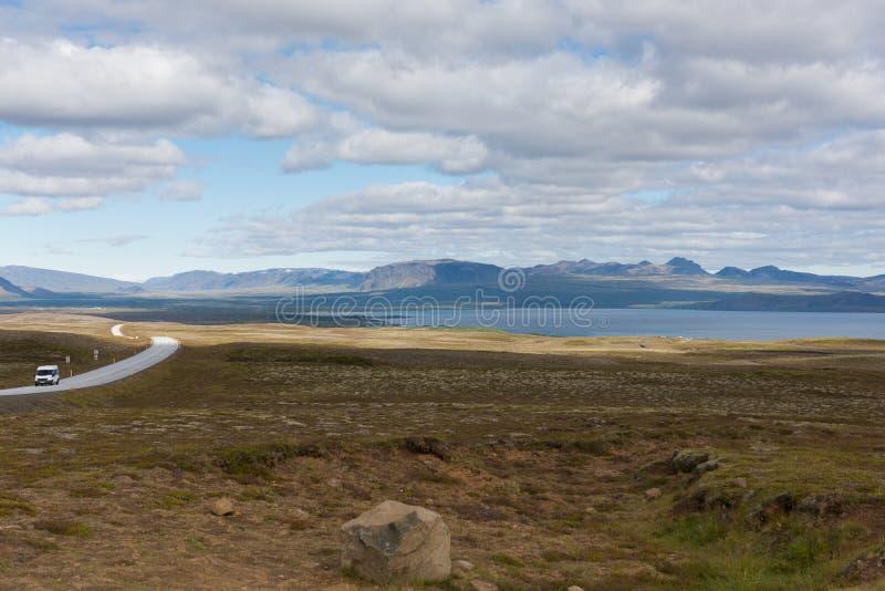 Ruttnumret ett Ring Road är en nationell väg i Island arkivbilder