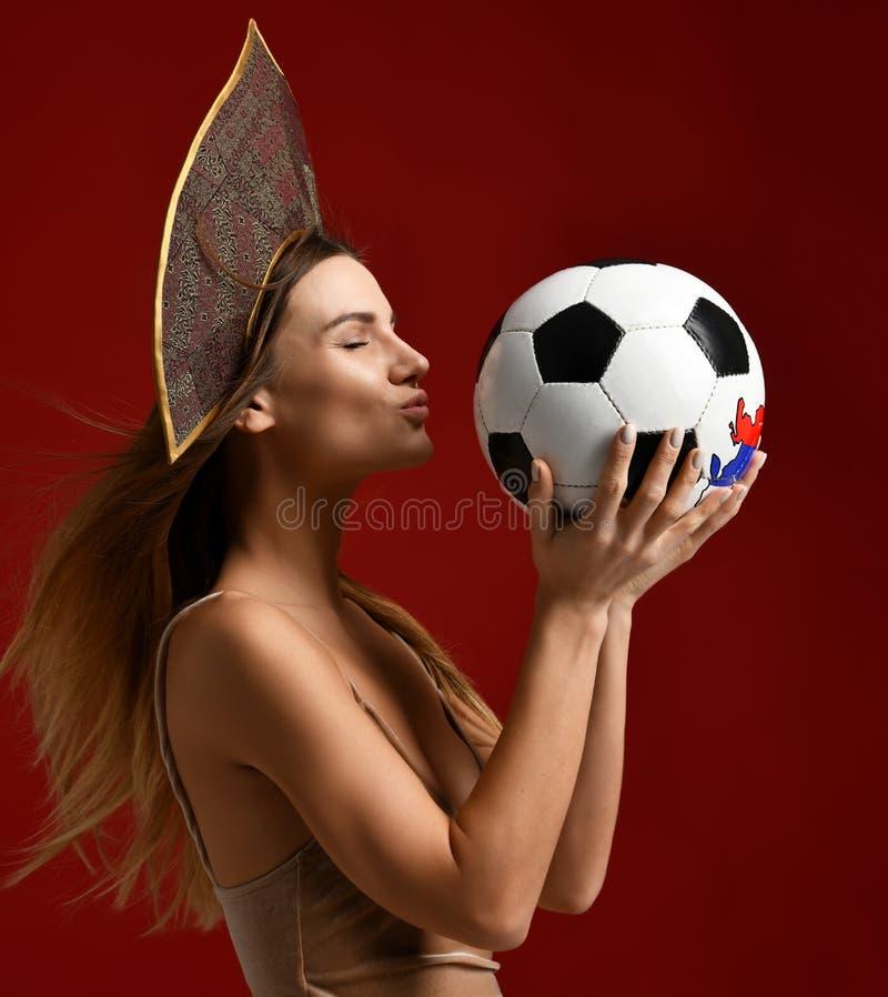 Ruusian-Art Fansport-Frauenspieler im kokoshnik Grifffußball das glückliche lächelnde Lachen feiernd stockfoto