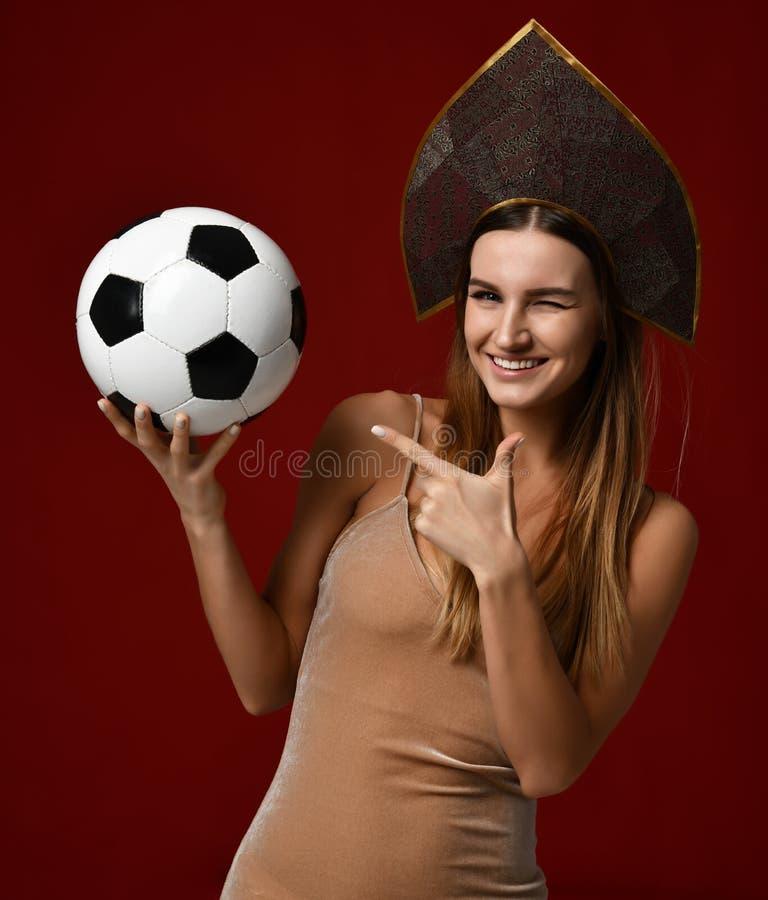Ruusian-Art Fansport-Frauenspieler im kokoshnik Grifffußball das glückliche lächelnde Lachen feiernd lizenzfreies stockbild