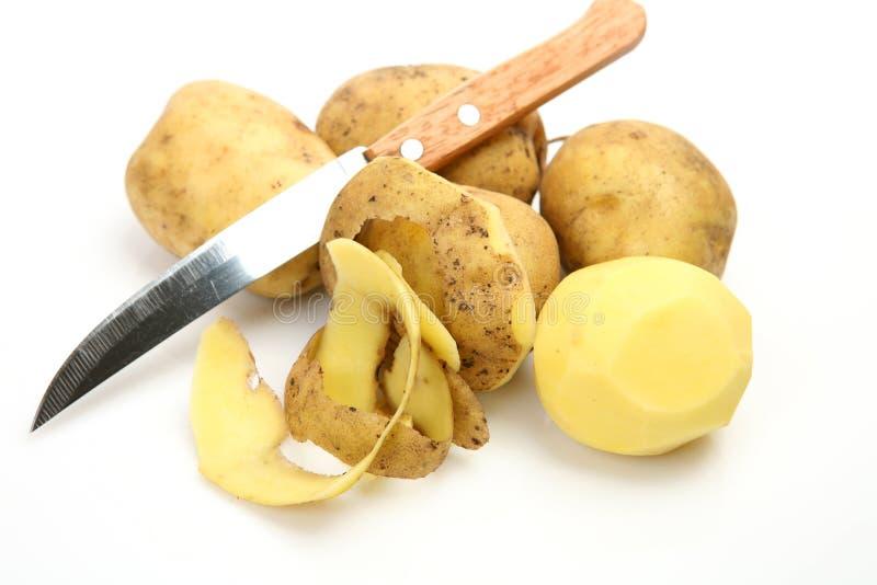 Ruw aardappel en mes stock foto's