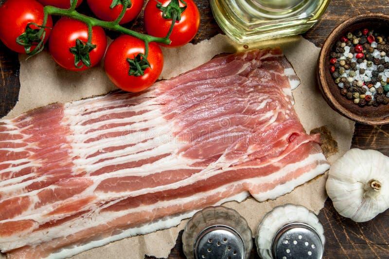 Ruw bacon met tomaten en kruiden royalty-vrije stock foto's