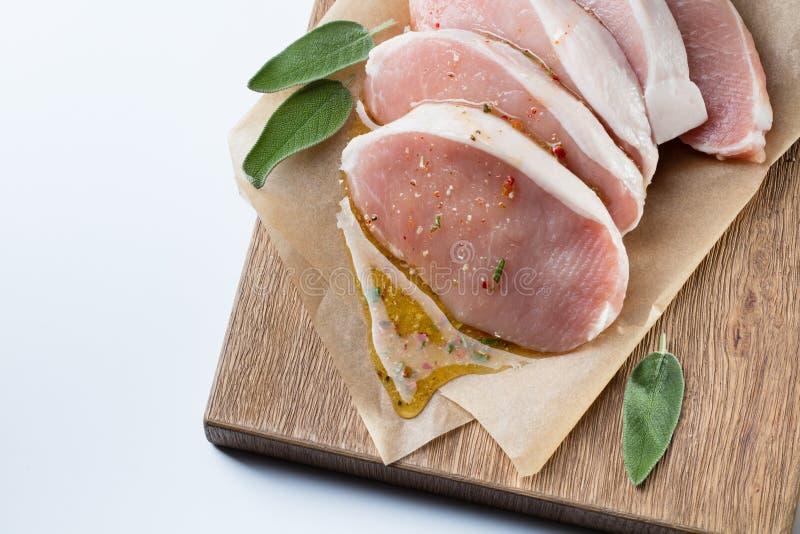 Ruw die varkensvlees escalope met sause van honing en kruiden wordt gemaakt royalty-vrije stock afbeelding