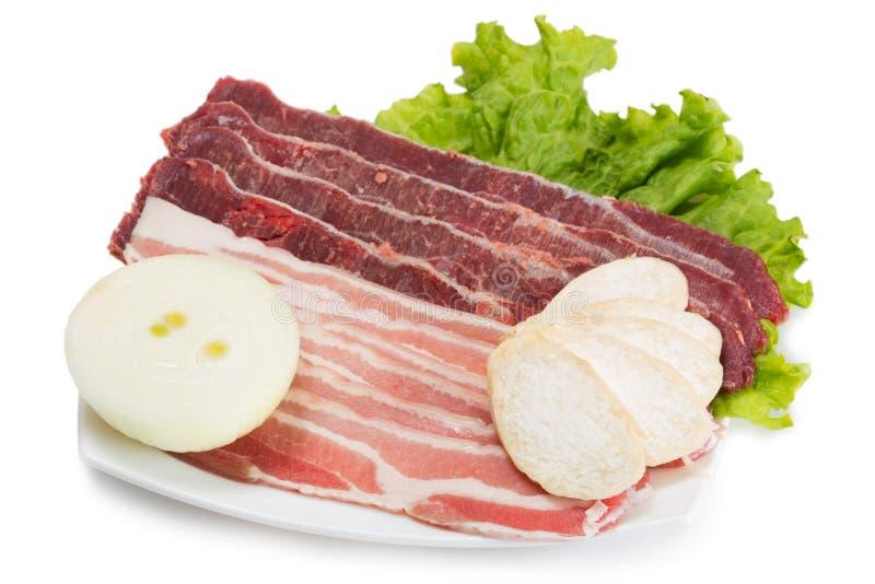 Ruw die vleesvarkensvlees en rundvlees op de grill wordt gekookt stock afbeelding