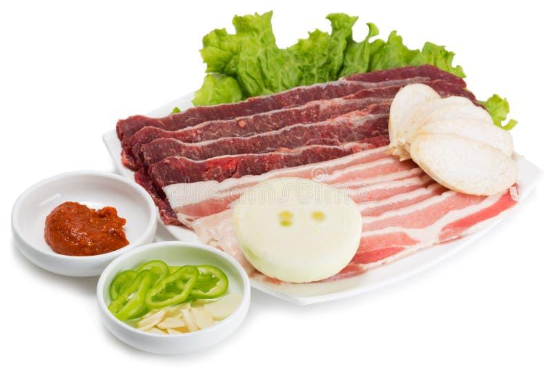 Ruw die vleesvarkensvlees en rundvlees op de grill wordt gekookt stock foto