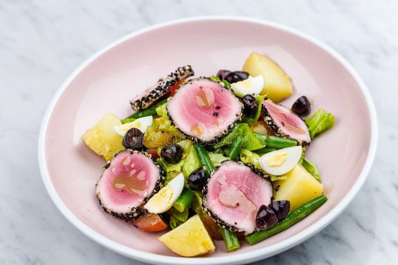 Ruw en vers tonijnvlees met sesam en verse groentesalade stock foto's