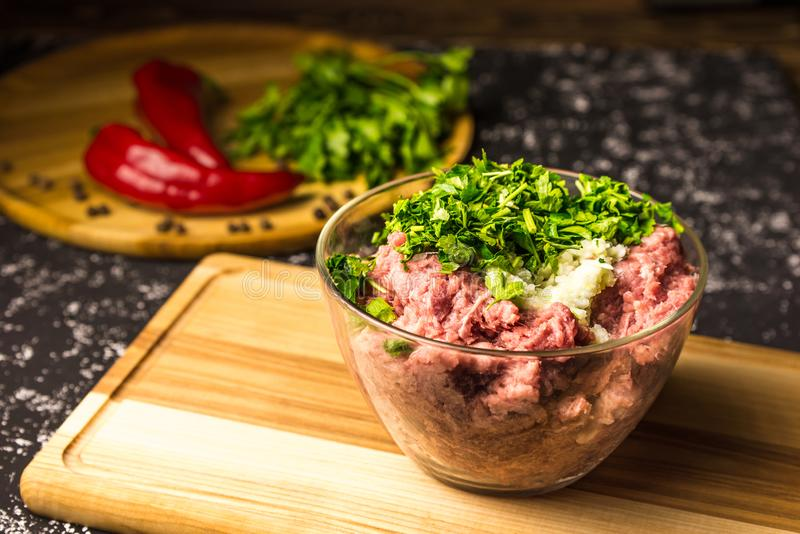 Ruw fijngehakt varkensvlees in een glaskom royalty-vrije stock foto's
