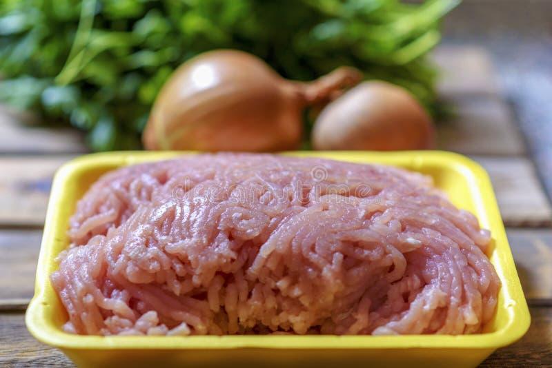 Ruw gehakt kippenvlees, verse peterselie en ui stock afbeelding