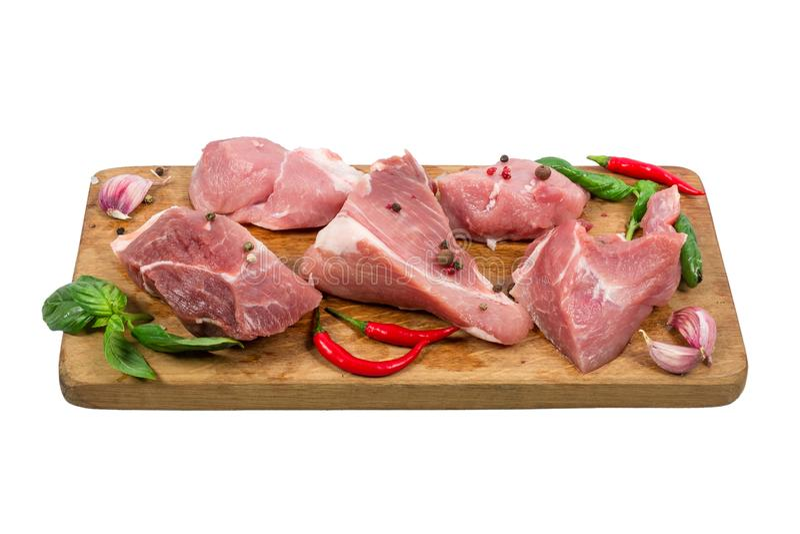 Ruw gehakt varkensvleesvlees op houten scherpe die raad met kruiden en kruiden op witte achtergrond worden geïsoleerd Het koken c stock foto