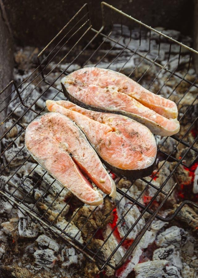 Ruw gemarineerd in kruiden geroosterde zalm op de grill royalty-vrije stock foto