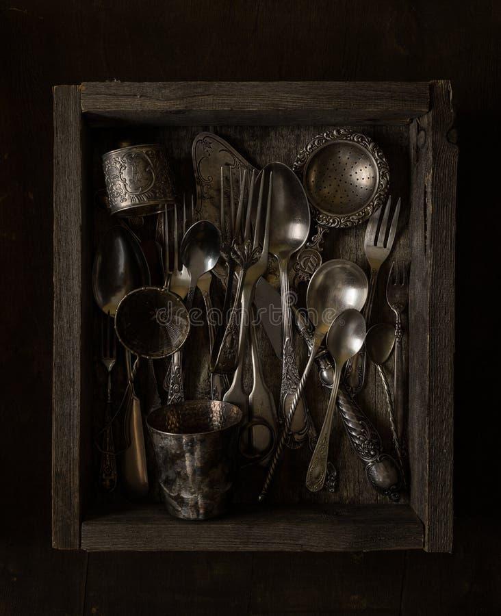 Ruw houten dooshoogtepunt van antiek tafelzilver stock fotografie