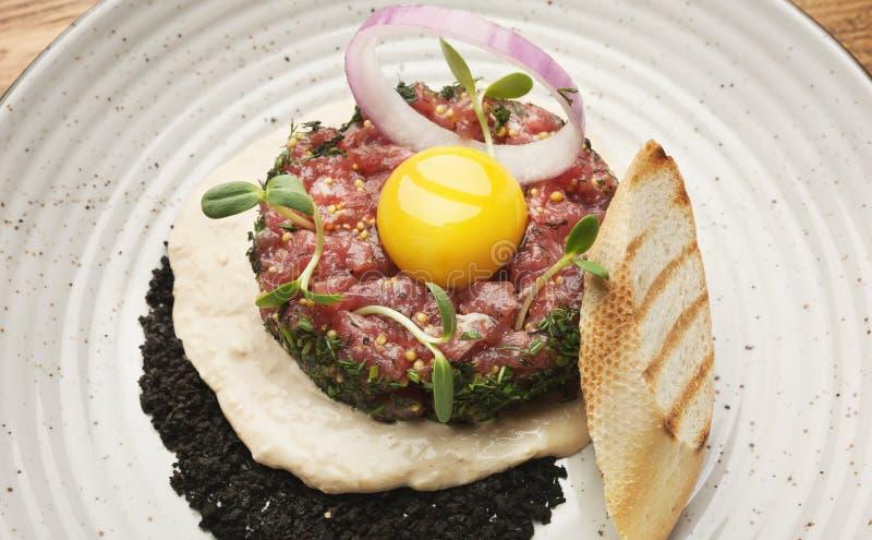 Ruw kalfsvlees tartare met saus, kwartelsei en crouton royalty-vrije stock foto