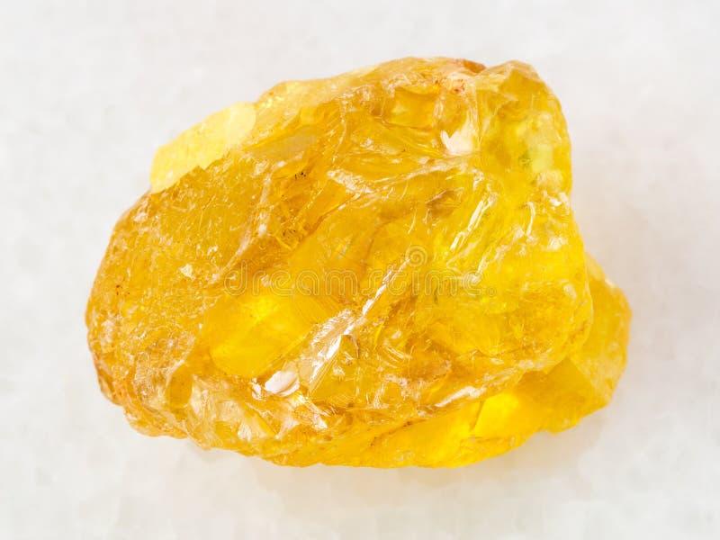 ruw kristal van zwavelsteen op wit marmer stock fotografie