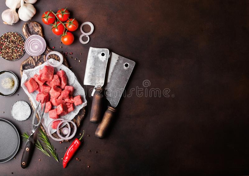 Ruw mager gedobbeld het varkensvleeslapje vlees van het braadpanrundvlees op hakbord met uitstekende vleeshouthakkersbijlen op br royalty-vrije stock foto's