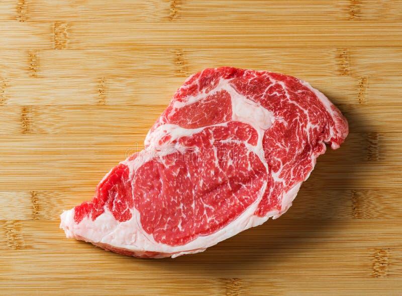 Ruw oud rundvlees ribeye lapje vlees royalty-vrije stock afbeeldingen