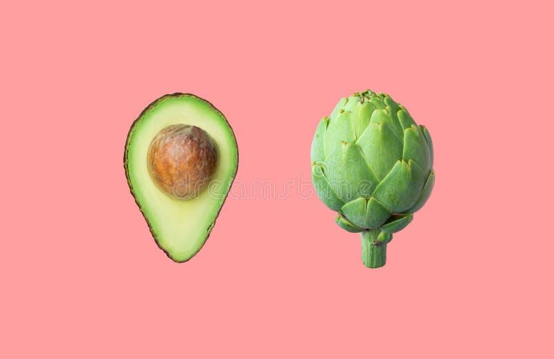 Ruw rijpe avocado met pit artichoke geïsoleerd op roze achtergrond Creative food poster stock fotografie