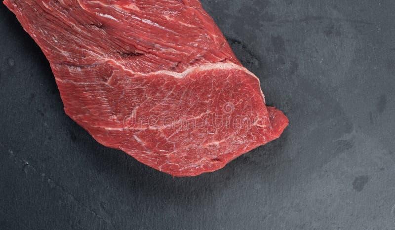 Ruw rundvlees op witte achtergrond stock afbeelding