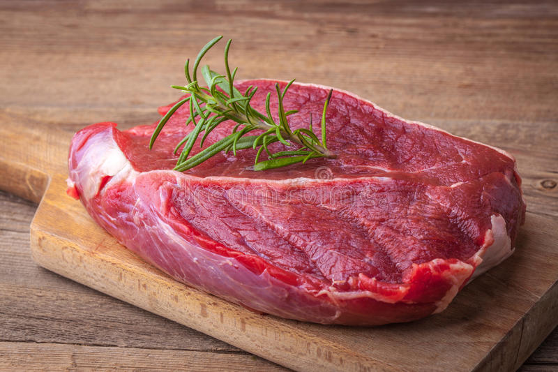 Ruw rundvleeslapje vlees stock foto's