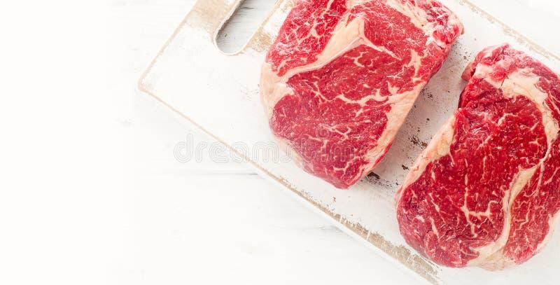 Ruw rundvleeslapje vlees stock afbeeldingen