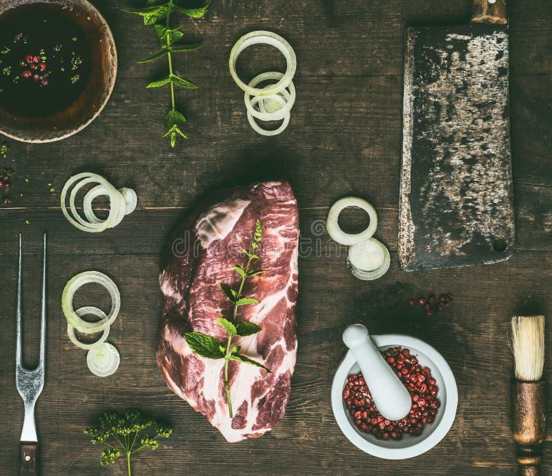 Ruw rundvleeslapje vlees met verse kruiden, BBQ eenvoudig marinade en keukengerei op rustieke houten achtergrond, hoogste mening  royalty-vrije stock fotografie