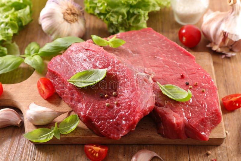 Ruw rundvleesstuk met basilicum royalty-vrije stock fotografie