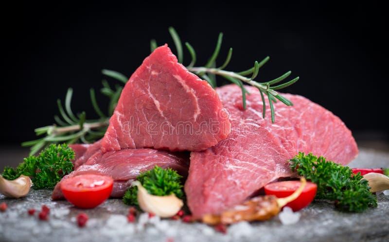Ruw rundvleesvlees met kruiden stock afbeelding
