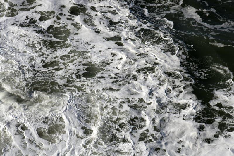 Ruw schuimend oceaanwater royalty-vrije stock foto's