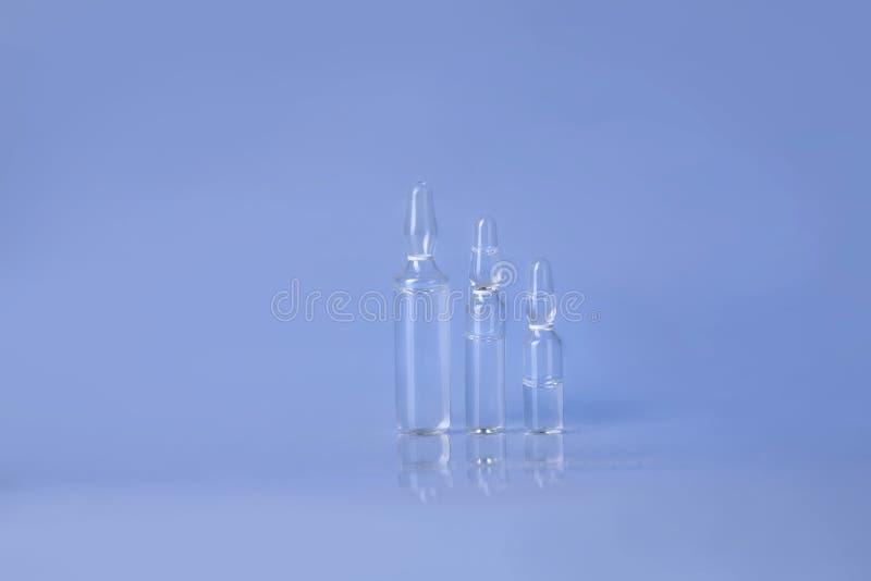 Ruw van ampullen met vloeistof voor injectie stock afbeelding