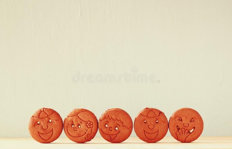 Ruw van koekjes met smileygezicht over houten lijst stock foto's
