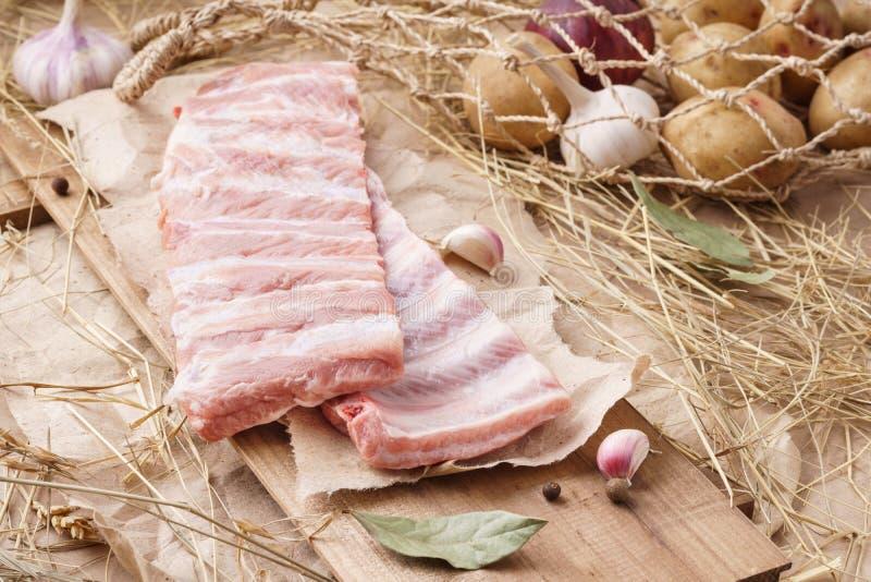 Ruw varkensvleesvlees - spareribs, varkensribben Vers vlees en ingrediënten stock afbeeldingen