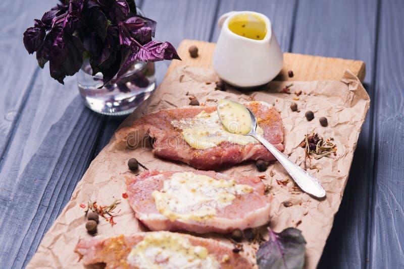 Ruw vlees met saus stock afbeeldingen