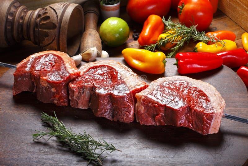 Ruw vlees op de vleespen royalty-vrije stock afbeelding