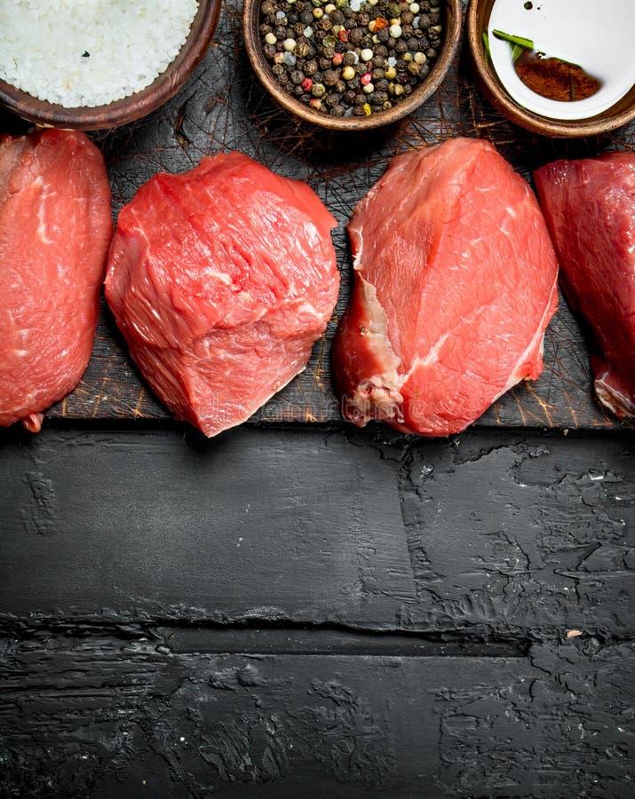 Ruw vlees Stukken van vers rundvlees met kruiden royalty-vrije stock foto